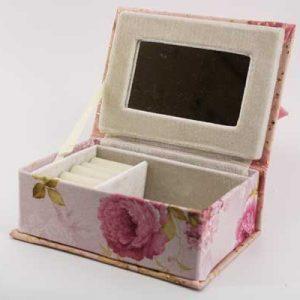 Кутия за бижута със сатенена панделка