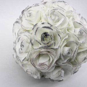 Сватбен букет с бели рози и брокат